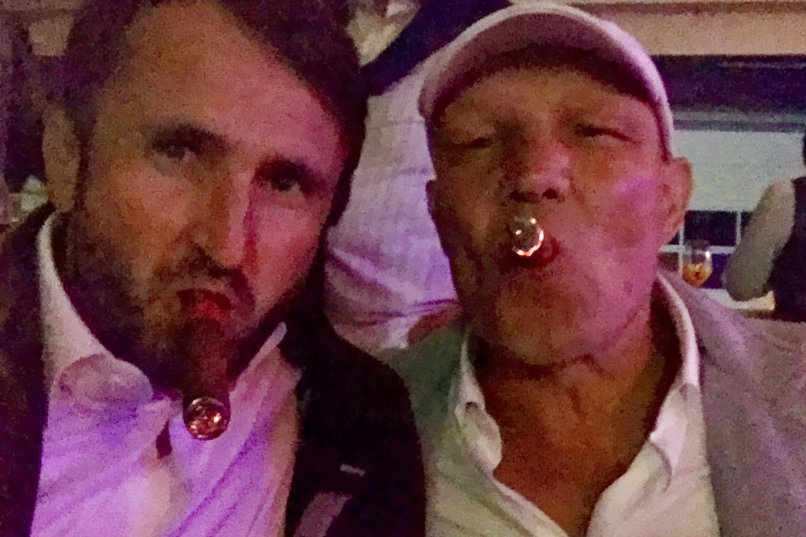 Boxlegende Axel Schulz und Jakob Lipp rauchen Zigarre