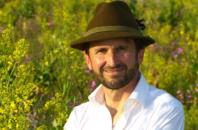 Stolz zeigt Jakob Lipp der Presse und interessierten Besuchern seine Blühflächen. Seine Artenschutzprojekte betreibt er mit Sorgfalt und Herz.